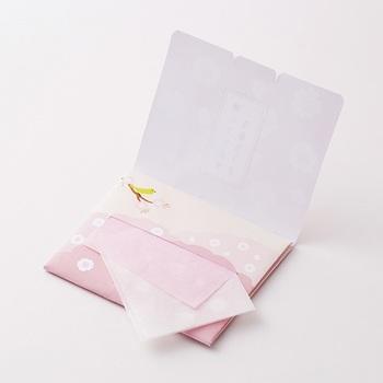顔全体のお化粧崩れを抑えるのに、薄くてかさばらないあぶらとり紙も小さなバッグにもってこいのアイテムです。