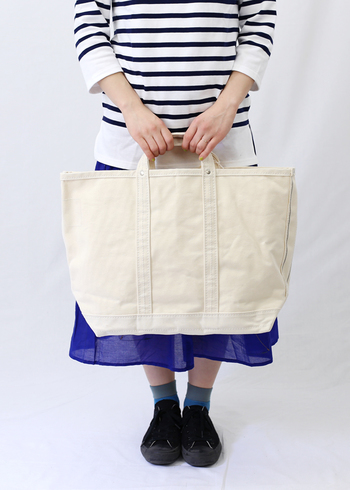 たっぷり入る大きめのバッグ。 たっぷり入るからこそ、ごちゃごちゃと何でも詰め込むのではなく厳選したアイテムを入れましょう。中くらいのバッグに入れるアイテムにプラスしたいのは、便利さに加えて「時間を有効に使うアイテム」です。