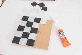タイルを並べて、接着剤で布を貼って切り取れば…。