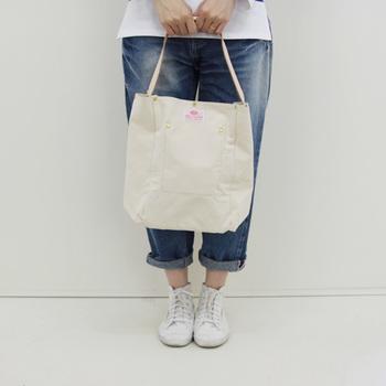 デイリーに使うような中くらいのサイズのバッグ。オンもオフも使うシーンの多いサイズですよね。 小さなバッグに入れた最小限のアイテムに加えるべき「あると便利」なアイテムをご紹介します。