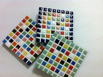 こちらはタイルを使って作ったコースター。まずは小物からチャレンジしてみるのがおすすめ。