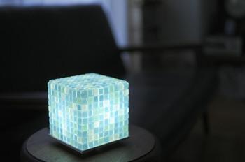 こちらはモザイクタイルでライトを手作りしたものです!可愛いですね!
