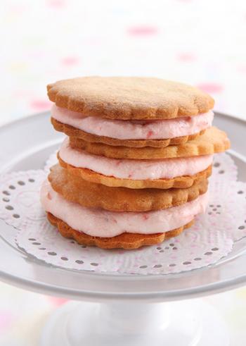 ピンクの色合いがとってもキレイです♪シンプルなようですが、クッキーにはアーモンドパウダーが入っていて、クリームは苺のコンフィチュールにバターとクリームチーズを混ぜたもの、というこだわりの一品☆