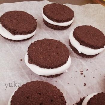 ぷっくりはみ出たクリームのようなもの、これマシュマロなんです☆マシュマロも少し焼いてから挟むので、サンドの時の温度管理をしなくても大丈夫。クッキーが冷めてからクリームなどを挟むのが苦手な人にもおすすめです♪