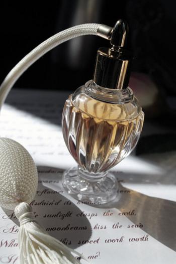 香水にも使用期限があり、未開封のものは2〜3年、開封後は1年くらいで使い切るのが良いそうです。