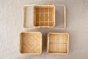 古くから、生活道具や農業用具として使われてきた竹は現代の生活にもなじみがあります。竹製の家具や雑貨はスタイリッシュな印象がありますよね。  竹を編んで作る「竹かご」はお弁当箱としても使われることが多いです。通気性が高いので、おにぎりやサンドイッチなどを入れるのにおすすめです。