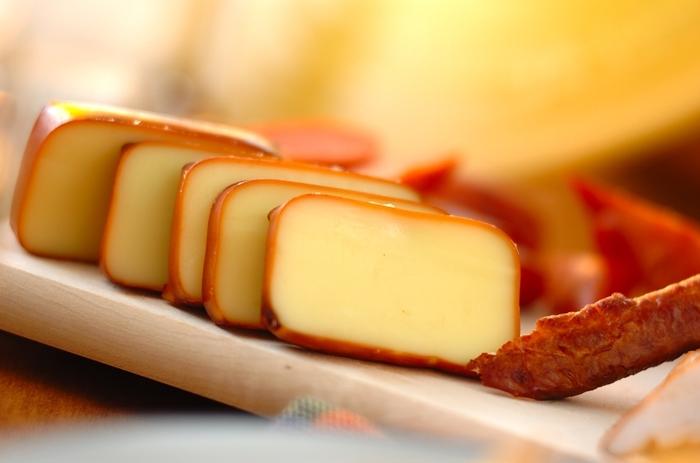 プロセスチーズは、下処理もなく、燻製が初めての方にとくにおすすめ。市販のスモークチーズよりも、香り高く仕上がります。そのままでおつまみやコーヒーのおともに。また、オムレツやサンドイッチ、サラダなどにも。