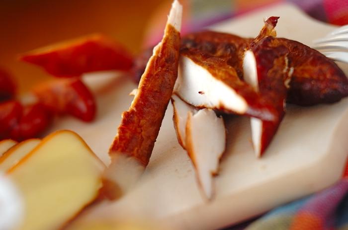 肉は、水分を抜く下処理が必要。鶏ささみに塩をして一晩おき、水分をよく拭いたあと、風通しのいいところで1時間ほど置くか、あるいはラップなしで冷蔵庫に置いて乾燥させてから燻製にします。