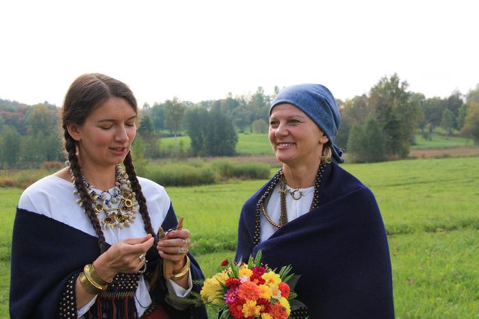 ラトビアの民族衣装に身を包んだ女性たち。ニット好きな人たちの間では、伝統的なラトビアン柄の手編みのミトンや靴下が人気ですよね。