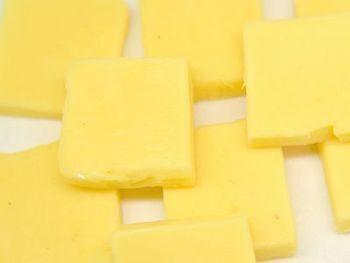 「燻製バター」が市販されていて、さまざまな料理に燻製風味をつけられることで人気です。通販でも入手できますが、もし自家製にこだわるなら、こちらのレシピをご参考に。ちなみに、熱燻や温燻ではなく、15℃以下の冷燻だそうです。