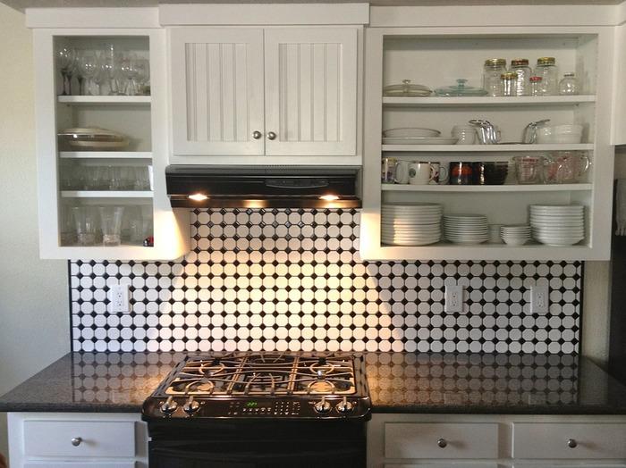 個性的な白と黒のタイルの組み合わせがアーティスティック!モノトーンのキッチンに合わせて白と黒のタイルを使って統一感を演出。2色使うと空間が華やぎますね!