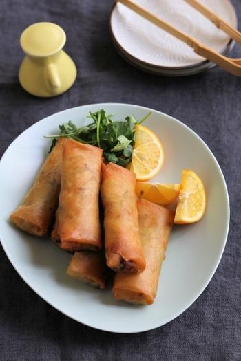 キャベツと長ネギ、生姜がたっぷりと入ったヘルシーな春巻きレシピです。キャベツは細切りにして炒めることで、かさを減らし、たくさん食べることができるようになります。