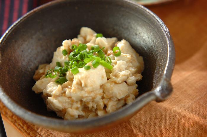 甘酢と練りごまをたっぷりと加えた豆腐の和えものです。刻みネギを散らすと、より美味しそうに見えますね。