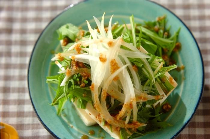 豆腐と水菜、玉ねぎをスライスして盛りつけるだけの簡単レシピ。ごま油を使って、コクのあるドレッシングに仕上げています。急な来客のときに、とりあえずさっとお出しするおつまみにもぴったりです。