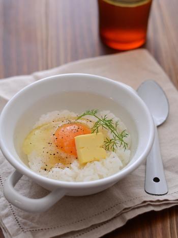 燻製バターの味をシンプルに楽しむなら、まずは卵かけご飯を。お口の中に、芳醇な燻香が広がります♪燻製バターは、バターと同じように、トッピングや炒め物、グリルなど豊富な使いみちがあります。