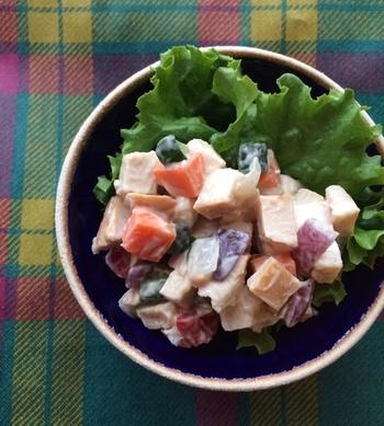 野菜や燻製チキンをサイコロ状に切って自家製マヨで和えたマセドワンサラダ。燻製チキンは、少量加えても深いコクが感じられ、サラダに楽しい変化が生まれます。