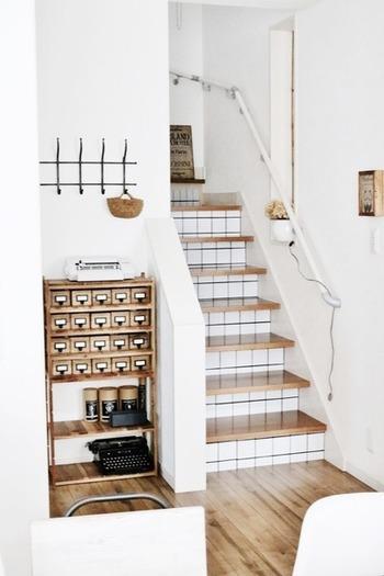 階段にも貼ればこんなに素敵に変身。白い壁にもよくマッチしていますね。剥がせるタイプのシートなら飽きたときにはまた違ったテイストに張り替られるのもうれしい。