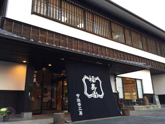 宇治川を挟んで平等院の対岸にある「福寿園」。サントリー「伊右衛門」の茶葉を選んでいるということでも有名ですね。