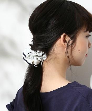 髪の毛をさっとまとめるのに便利なシュシュやバレッタも女性なら携帯しておきたいアイテム。何種類か用意してお洋服やシーンにあわせて使い分けるのがおすすめです。
