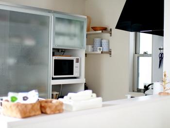 狭いキッチンでは「引き戸」が便利です。天井まで届いてる大きな引き戸なら、床から天井までぎっしり物を収納することができます。