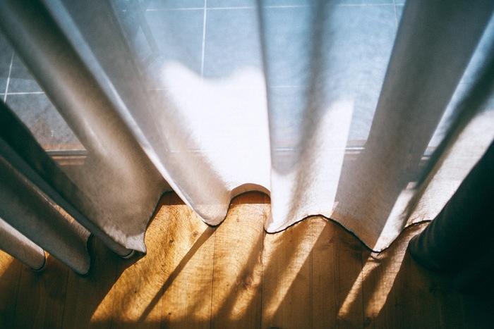 カーテンの下端に香水をひと吹きしておくと、カーテンを開け閉めする度に程よく香ります。 夏場は虫が寄ってくることがあるので、ムスク、アンバー、シベットなどのフェロモン系香水は避けるよう注意して下さいね。