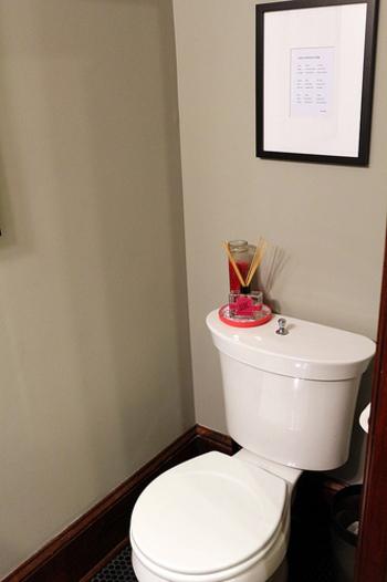 ルームフレグランスの要領で、トイレの芳香剤として使用することもできます。香水瓶の蓋を開けて置いておくだけ良いのでおすすめです。また、トイレットペーパーの芯の両側に吹きかけると、ペーパーを巻き取るたびに香りが広がります。