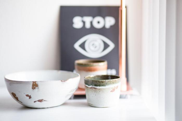 お湯を入れたコップに香水を数滴落とし部屋に置くと、たちまち部屋中に良い香りが広がります。器にもこだわって、インテリアとして素敵に飾ってみるのも良いですね。