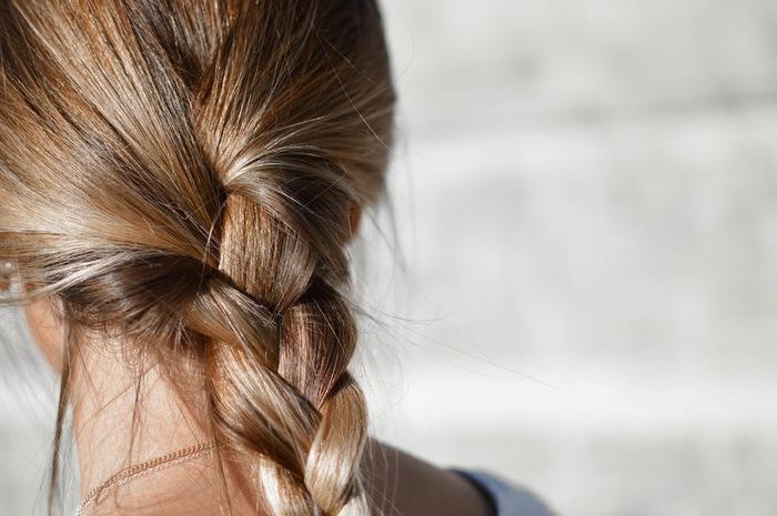 水に香水1滴、ベビーオイル2〜3滴を混ぜて霧吹きに入れると、さらさらになり良い香りもする便利なヘアスプレーになります。