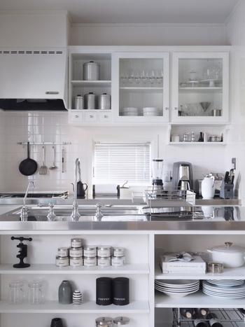 キッチンが白で統一され、ガラス戸から見える食器も白。清潔感が感じられて美しいです。