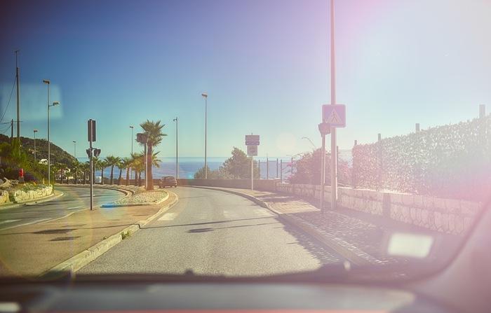 青く輝く水平線や、風に揺れるフェニックスを眺めながら走る、爽快な海岸沿いドライブ。走り疲れたら、海沿いにあるオシャレなカフェで一休みするのもいいかも♪