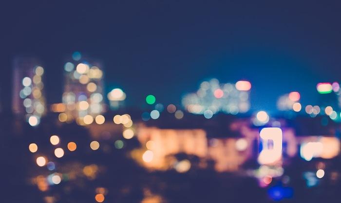 夜になると、空には月や星が、そして地上には街の光がキラキラと輝きはじめます。フロントグラスに映る都会の夜景を眺めるだけでも楽しい気分になれそう。