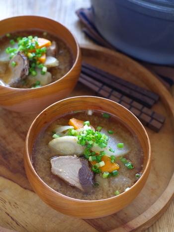 初夏と初秋に旬を迎える鰹(カツオ)。スーパー見かけるタタキ用の鰹を使って作るお味噌汁のレシピです。野菜をごま油で炒めているので、コクと魚独特の臭みを消してくれます。  鰹はタタキで食べるもの、というイメージを変えてくれる1品です。