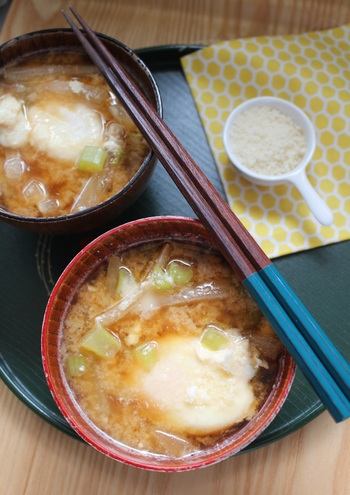 大根のお味噌汁にパルミジャーノと落とし卵を入れたら、濃厚なスープのような味わいになりました。確かにお味噌汁なのに、洋食の雰囲気も味わえます。  バゲットを浸していただくのもおいしいので、ぜひ試してみてはいかがでしょうか?