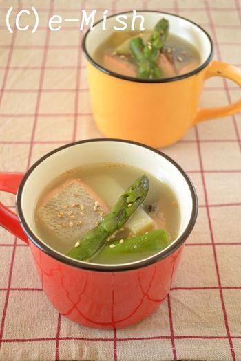 生鮭とアスパラガス、じゃがいもの組み合わせは北海道の幸を存分にいただけるお味噌汁です。じゃがいもが入っているので、ボリューム満点でおなかも満足できる一杯です。  鮭をバターソテーしてから煮るので、香ばしい香りと旨みがお味噌汁に染み渡ります。じゃがいものホクホクとアスパラガスのシャキシャキ感がおいしい組み合わせです。