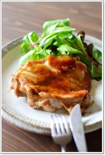 酢の抗菌効果も広く知られています。こちらのレシピは、鶏のもも肉を酢が効いた甘辛タレで照りよく焼き上げた一品。お弁当だけでなく、夜ごはんのメインにもぴったりです。