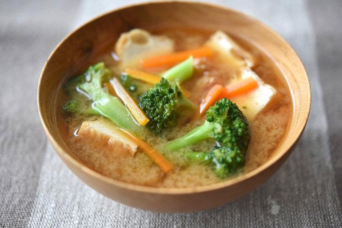 ブロッコリーをお味噌汁に入れる発想は思いつかなかった、という方が多いのではないでしょうか?スープの具材としてはメジャーですが、実はお味噌汁に入れてもおいしいんですよ。  ブロッコリーの風味を活かすように、根菜と厚揚げと組み合わせるとそれぞれの具材をおいしくいただけます。カラフルなお椀が食欲をそそります。