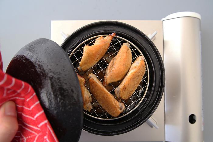 燻製は、桜などの木のチップを使って燻すことで、食材に特有の風味をつけたもの。アウトドアだけでなく、家でも手軽に燻製ができたら、食の楽しみがぐんと広がります!パーティなども盛り上がりますよ♪