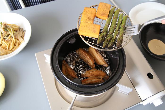 いぶしぎんには、鍋のほか、金網2枚、桜チップ、陶製敷板がセットになっており、届いたらすぐに燻製が楽しめます。燻製ベーコンなども本格的な味に仕上がるそうですよ。2段で使えるので、いろいろな食材の燻製にトライできます。