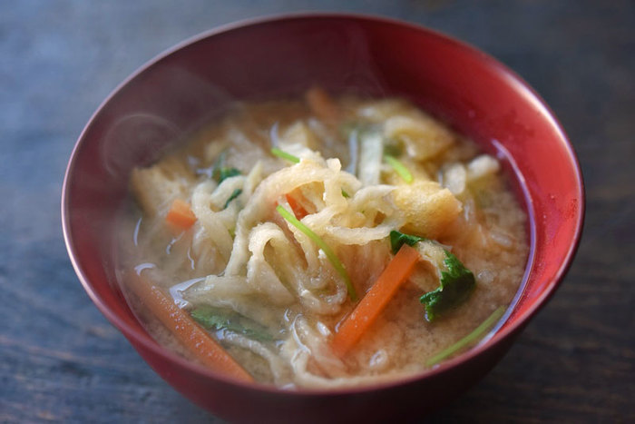 切り干し大根を戻した汁に根菜を入れて、お味噌汁にするので大根のほのかな甘みをたっぷり感じられる1杯に仕上がります。鍋で戻せば、ボウルなどを使わなくて良いので洗い物が少なくて済みます。  乾物は生とは違う食感や風味があり、栄養価も高い食材です。栄養満点のお味噌汁を作りたい時におすすめです。