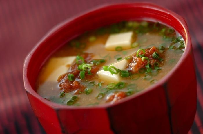 シンプルな豆腐のお味噌汁に、たたいた梅干しを入れてさっぱり仕上げました。夏バテや体調不良で食欲がない日も、このお味噌汁があれば元気が出そうです。  お味噌汁を器によそってから梅干しを加えると、風味良く仕上がります。梅干しの塩分があるので、お味噌汁は少し薄めに作っても良いかも知れませんね。