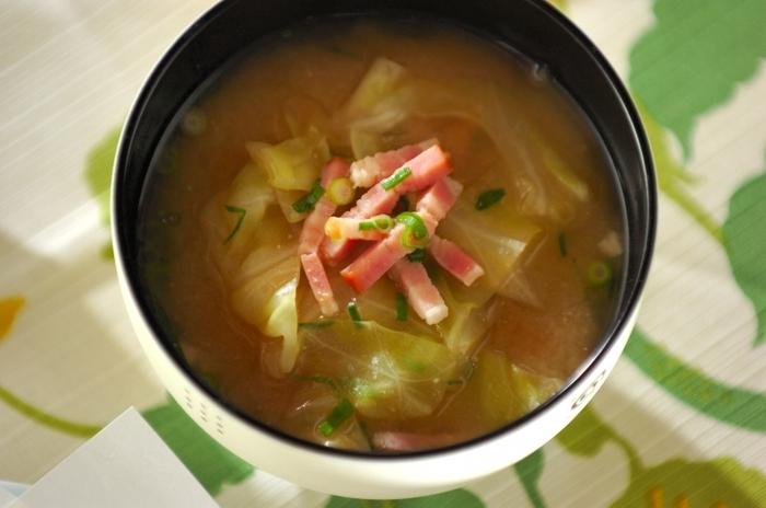 キャベツ+ベーコンの組み合わせといえば洋風スープのイメージですが、実はお味噌汁とも相性の良い組み合わせなんですよ。ベーコンのおいしい脂と味噌のコクは絶品。  味付けは出汁と味噌だけ。あとはベーコンの塩味で十分おいしさが引き立ちます。