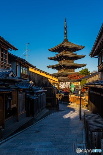 """本章の目次は以下の通り。  1.京都観光のハイライト「清水寺エリア」 1-1.世界遺産「音羽山 清水寺」 1-2.清水寺エリアで、ゆったりとランチ&カフェ 1-3.清水寺エリアで、美味しいお土産。 1-4.清水寺エリアで、わたしのお土産。  2.石畳と町家の連なり「八坂の塔エリア」 2-1.八坂の塔周辺の観光スポット 2-2.八坂の塔エリアでランチ&カフェ 2-3.八坂の塔エリアで、甘味を満喫! 2-4.八坂の塔エリアで、わたしのお土産  3.落ち着いた風情が魅力「高台寺エリア」 3-1.高台寺エリアの観光名所 3-2.高台寺エリアでランチ&カフェ&お土産  4. 旅のInformation 4-1.京都駅から「清水寺」への交通アクセス(バス&電車) 4-2.マイカーなら、""""パークアンドライド""""を利用しましょう 4-3.東山・清水寺界隈のお勧めの散策モデルコース 4-4.食事やカフェ、土産探しをゆったり楽しんで4時間~5時間程度。 4-5.清水ならではの土産探しを楽しむのなら、逆コースを。  5.おわりに  【画像は、第2章で紹介する「八坂の塔」への参道「八坂通」。】"""