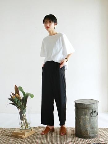 さらりとシンプルなブラウスとパンツ。ミニマルなモノトーンスタイルをシックに美しく見せる、飾らないスタイリングが素敵です。