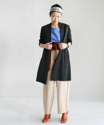 テーラードジャケットは仕立ての良い美しいものを選びましょう。そして、サイズを十分に吟味して、自分の体型に合ったものを選ぶことが大切です。さっと羽織るだけでコーディネートがブラッシュアップされるようなジャケットがおすすめです。