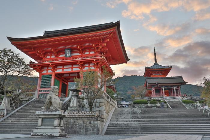 【手前が清水寺の正門にあたる「仁王門」。奥が「西門」と「三重塔」。色鮮やかな丹塗りと堂々たる入母屋造りの仁王門は、高さ約14m。京都で最も大きな仁王像が寺を警護しています。】