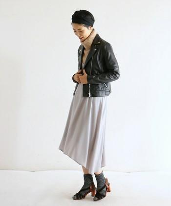 クールなライダースジャケットは、フランス女性の定番アイテムのひとつ。上質なレザーは、しっかりとお手入れすれば長く使えます。
