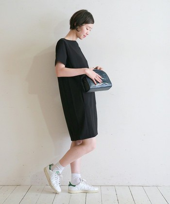シンプルなリトルブラックドレスは女性が持つ魅力をナチュラルに引き出してくれます。
