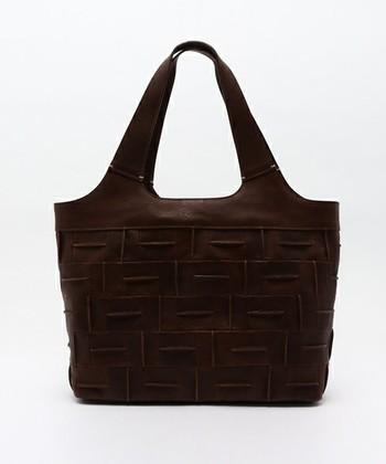 """イタリア語で""""レンガ""""という意味をもつ「Mattone(マトォーネ)」。革をレンガのように一枚一枚丁寧に積み重ねた、重厚感のあるしなやかなバッグです。"""