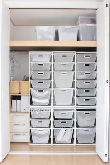 ある程度の大きさのクローゼットであれば、思い切って収納ケースでスペースを埋めてしまうのもオススメです。こちらは【IKEA】の収納ケースを使った整理術。白で統一されているので、たくさん並んでいても圧迫感がありません。