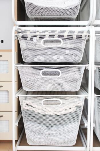 メッシュ状のケースは畳んだ衣類が一目で分別できるので、とっても便利。これなら着たい洋服をすぐに取り出せますね。